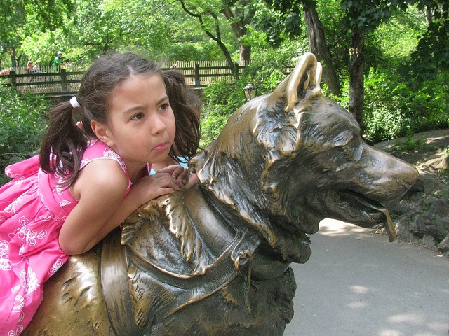 Girl on Balto´s statue